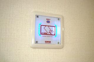 玄関に設置された磁気認証カード。勝手にドアは開きません。