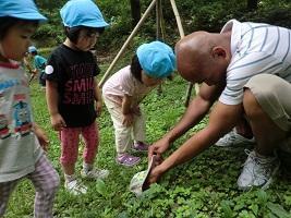 外国人スタッフも保育士と一緒に子ども達のケアをします